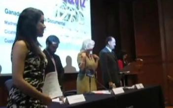 Laura Aragón, directora de Mukira, en la premiación de la Suprema Corte