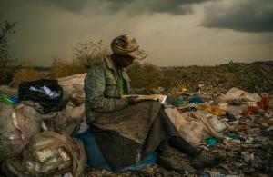Mujer de Kenia leyendo en basurero