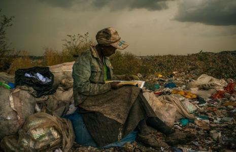 Foto premiada de mujer leyendo en el basurero en Kenya