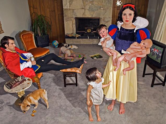 Fotografa se burla de princesas de Disney y captura cómo se verían si se enfrentaran a problemas reales financieros, de salud, etc.