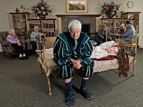 La bella durmiente con su príncipe que envejece  en un asilo